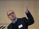 """Alexander Pohl von der IFGE Gesellschaft für Innovationsforschung und Beratung mbH berichtet im Fachforum über die Initiative """"Mit El-ternKOMPETENZ gewinnen"""""""