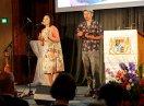 Zwei Musiker mit Schellenkranz und Ukulele auf der Bühne