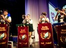 Vier Trompeter einer Blaskapelle auf der Bühne