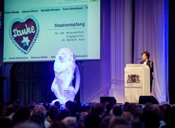Ministerin Müller am Rednerpult auf der Bühne