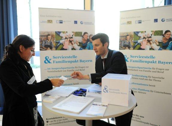 Michael Birlbauer informiert über die Servicestelle Familienpakt Bayern