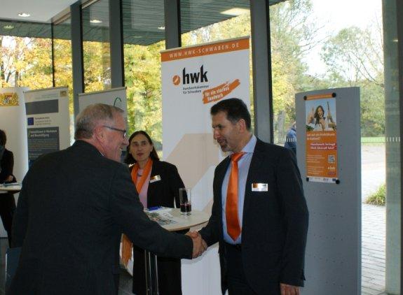 Staatssekretär Johannes Hintersberger auf dem Stand der HWK für Schwaben