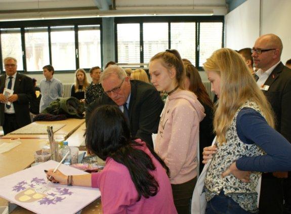 Staatssekretär Johannes Hintersberger  (Mitte) beim Besuch der Kurse der Überbetrieblichen Lehrlingsunterweisung in den Werkstätten der Handwerkskammer für Schwaben