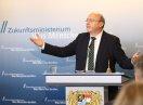 Der Beauftragte der Bayerischen Staatsregierung für die Belange von Menschen mit Migrationshintergrund, Martin Neumeyer, während seiner Ansprache