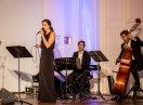 Jazzgruppe mit Sängerin im Vordergrund und Keyboard-Spieler und Kontrabassist dahinter.