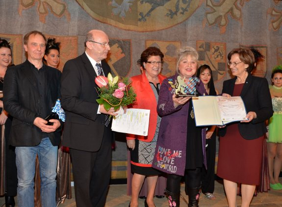 Staatsministerin Emilia Müller übergibt den Bayerischen Integrationspreise 2014 an die Geschäftsführerin des Ateliers La Silhouette