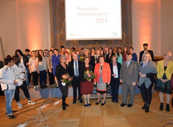 Gruppenfoto mit Gewinnern, Laudatoren und Gästen.