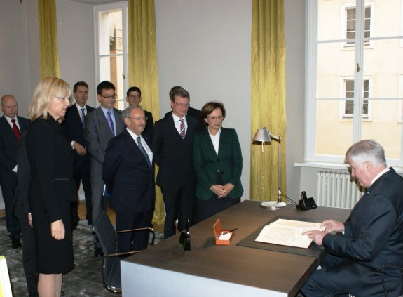 Horst Seehofer trägt sich in das Gästebuch der Bayerischen Repräsentanz in Prag ein.