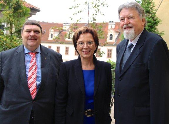 Staatsministerin Müller, begleitet von Bernd Posselt, im Gespräch mit MdEP a.D. Milan Horáček
