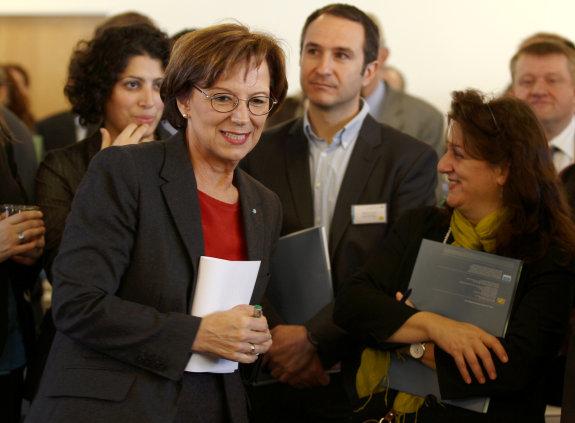 Staatsministerin Emilia Müller im Gespräch mit Teilnehmern der Integrationskonferenz