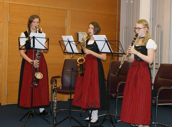 Musikgruppe: drei junge Frauen mit Saxophonen und Klarinette