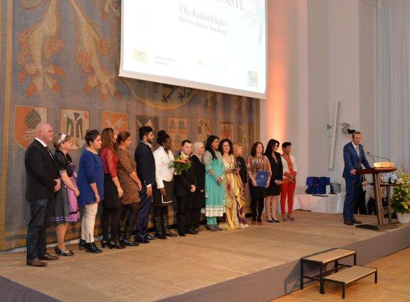 Die Gewinner des Bayerischen Asylpreises 2014 bei der Dankesrede