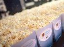 Gefüllte Popcorntüten mit dem Logo der Kampagne