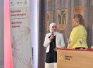 Junge Frau mit Kopftuch auf der Bühne im Gespräch mit Kerstin Schreyer.