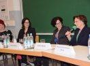 Ministerin Müller spricht in ein Mikrofon. Die anderen Diskussionsteilnehmerinnen sitzen daneben und hören zu.
