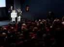 Staatsministerin Emilia Müller am Rednerpult im Kinosaal