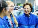 Staatsministerin Emilia Müller zusammen mit Teilnehmerinnen des Girls'- und Boys' Day 2017, sie tragen Schutzbrillen und blaue Arbeitskleidung