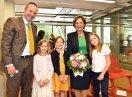 Gruppenbild von Christoph Diebenbusch (Head of HR Burda) und Staatsministerin Emilia Müller mit Kindern der Burda Bande mit Blick in die Kamera