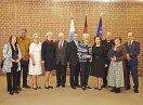 Gruppenbild mit allen ausgezeichneten Persönlichkeiten und Staatsministerin Emilia Müller