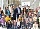 Gruppenbild von Ministerin und Helmut Markwort mit Kindern