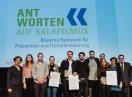 Gruppenbild von Staatsministerin Emilia Müller und Staatssekretär Gerhard Eck mit den Filmteams der Gewinnerfilme auf der Bühne