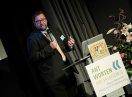 Dr. Micahel Kiefer mit Mikrofon am Rednerpult
