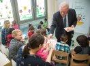 Staatsekretär Johannes Hintersberger verteilt Bücher an Kinder und Eltern