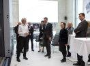 Staatsministerin Emilia Müller besichtigt eine Werkhalle zusammen mit weiteren Personen