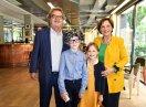 Gruppenbild Helmut Markwort mit Kinderdouble Paul, Staatsministerin Emilia Müller mit Kinderdouble Fridamit Blick in die Kamera