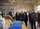 Staatsministerin Emilia Müller besichtigt mit Männern eine Werkshalle