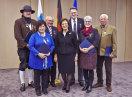Gruppenbild der Geehrten mit Staatsministerin Emilia Müller