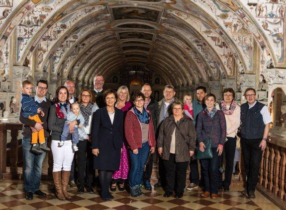 Staatsministerin Emilia Müller mit allen Gewinnern der Osterverlosung und deren Angehörigen in der Residenz München